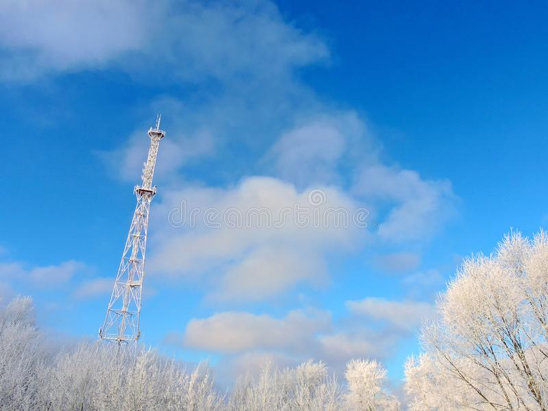 Antena de la célula, transmisor Torre móvil de radio de las telecomunicaciones TV contra el cielo azul fotos de archivo