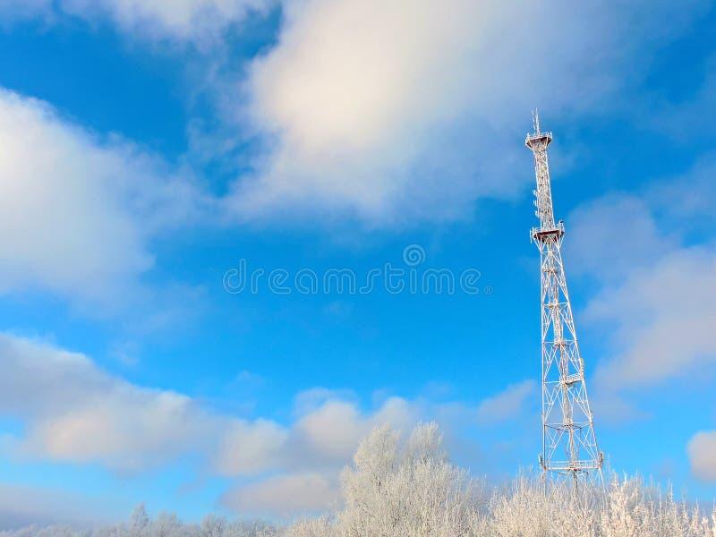 Antena de la célula, transmisor Torre móvil de radio de las telecomunicaciones TV contra el cielo azul imagen de archivo libre de regalías