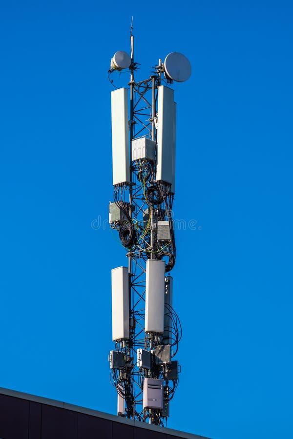 antena de la comunicación contra el cielo foto de archivo