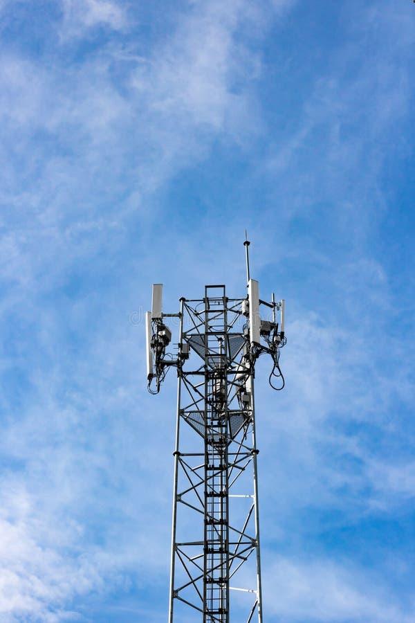 Antena de la estación de la señal del teléfono celular foto de archivo libre de regalías