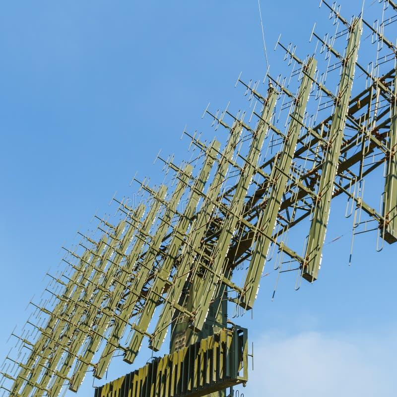 Antena de la estación de radar militar móvil moderna en el fondo del cielo azul fotografía de archivo