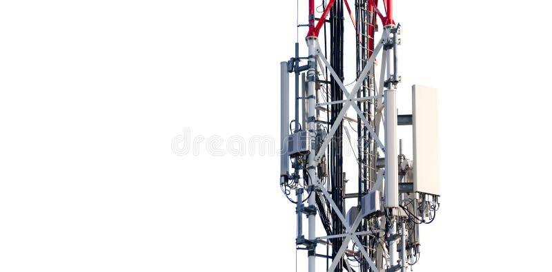 Antena de la torre de la telecomunicación con los transmisores en el polo del metal aislado parcialmente en el fondo blanco foto de archivo libre de regalías