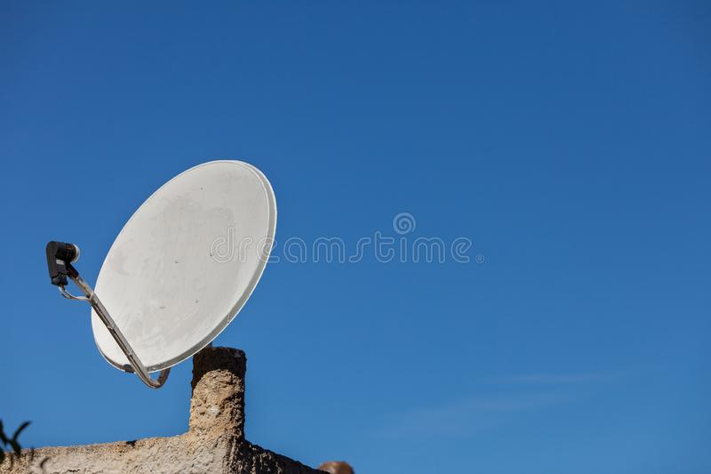 Antena de antena parabólica no céu azul imagem de stock royalty free