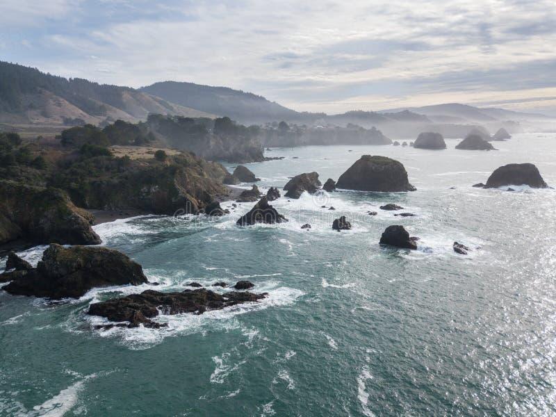 Antena de pilhas do mar ao longo da costa de Mendocino em Califórnia do norte fotografia de stock