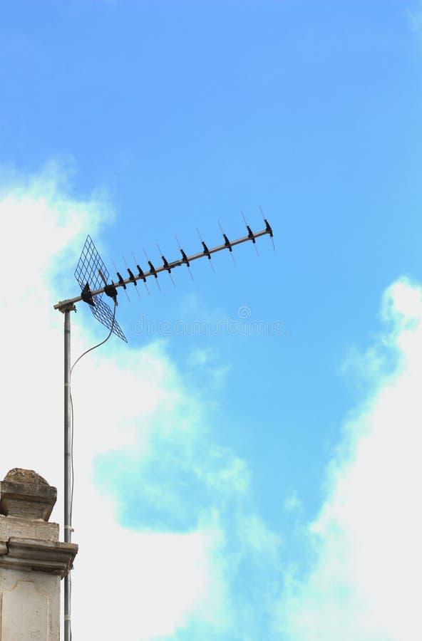 Antena de televis?o terrestre de Digitas em um telhado na cidade fotos de stock
