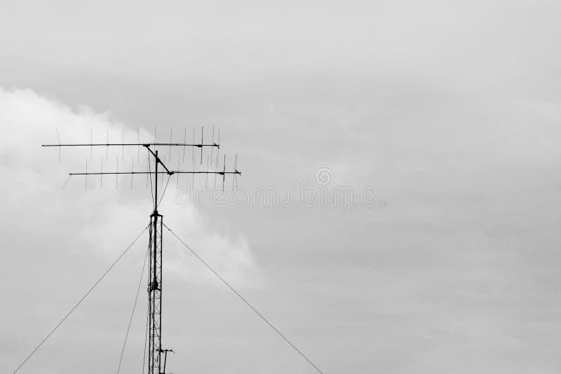 Antena de televisão velha - monochrome imagem de stock