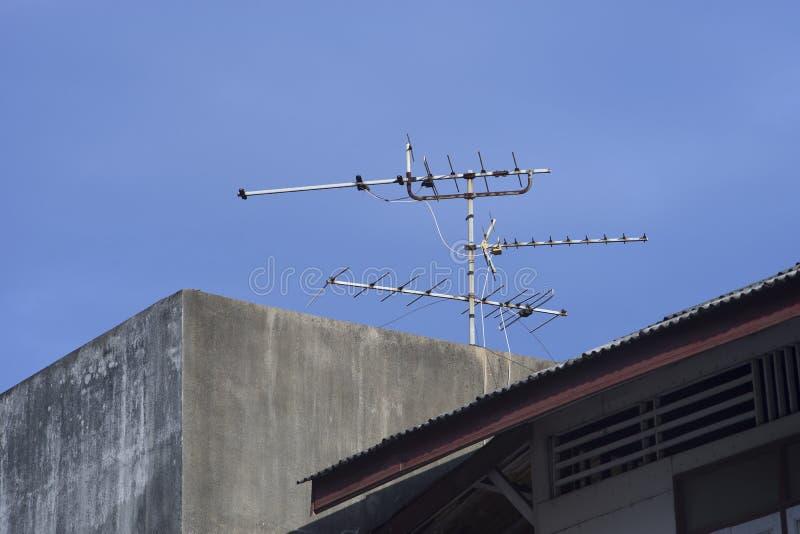 Antena de televisión vieja en un tejado para recibir señales del transmisor fotos de archivo libres de regalías