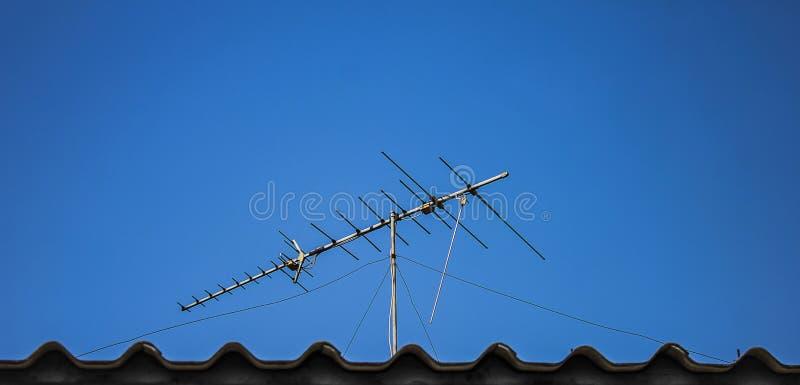Antena de TV de Digitaces en el tejado imagenes de archivo
