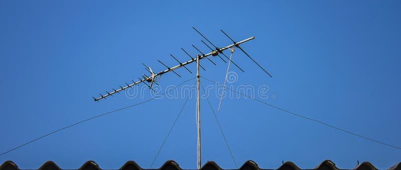 Antena de TV de Digitaces en el tejado imagen de archivo