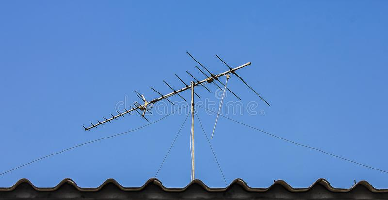Antena de TV de Digitaces en el tejado fotografía de archivo libre de regalías