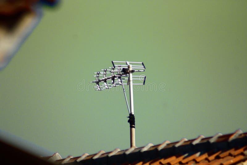 Antena de TV y cielo verde fotografía de archivo