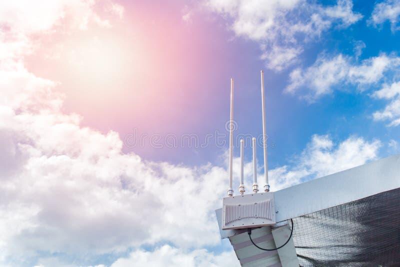 Antena de WIFI exterior na longa distância do ponto quente do telhado fotos de stock