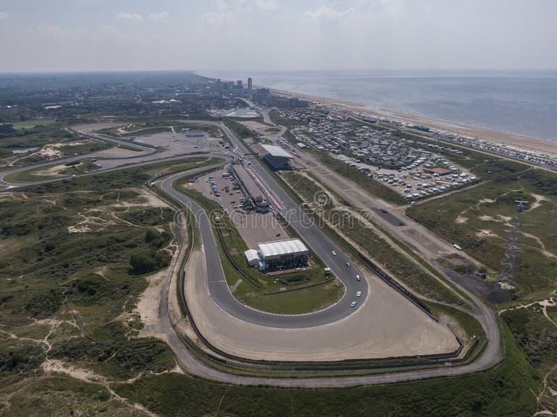 Antena del circuito de carreras del deporte de motor con la playa de Mar del Norte y el pueblo de Zandvoort en los Países Bajos fotografía de archivo