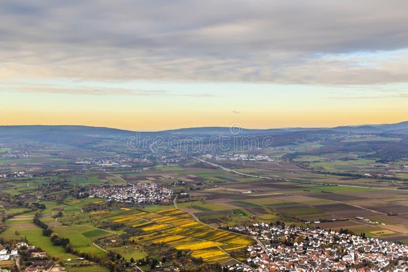 Antena del Rhin-Principal-área con la tubería de río y las montañas del Taunus imagen de archivo libre de regalías