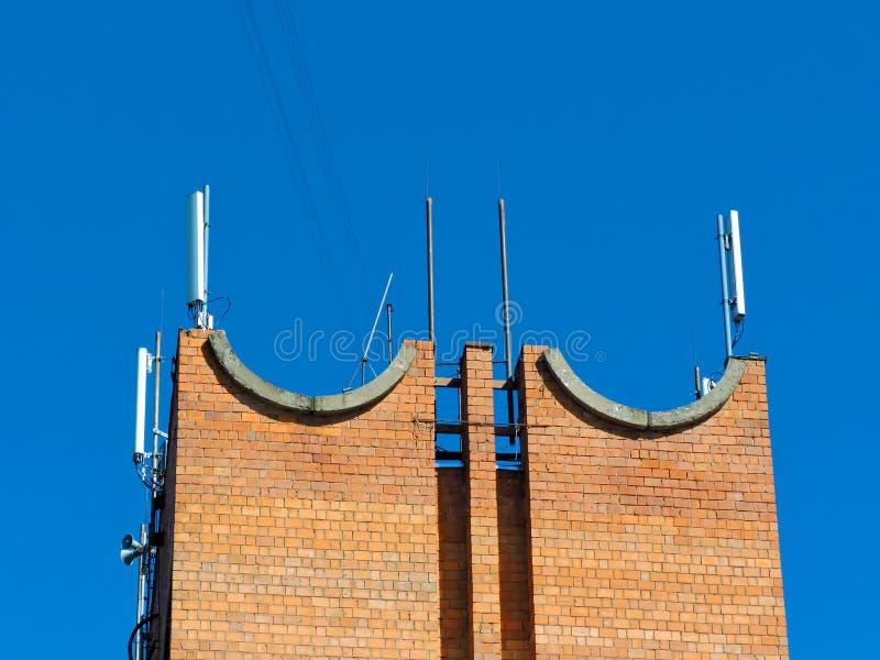 Antena del teléfono celular, transmisor Antena móvil de radio de las telecomunicaciones contra el cielo azul fotografía de archivo