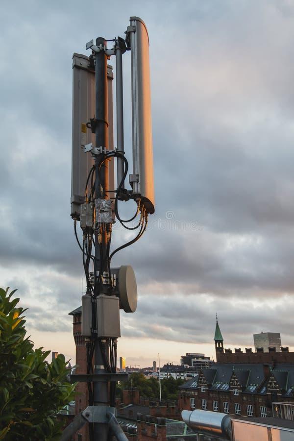antena direcional da rede 5G móvel no telhado na cidade Dinamarca de Copenhaga foto de stock royalty free