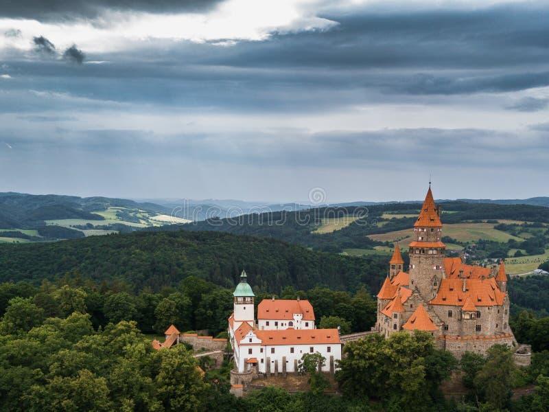 Antena do castelo medieval no monte na região checa de Moravia foto de stock royalty free