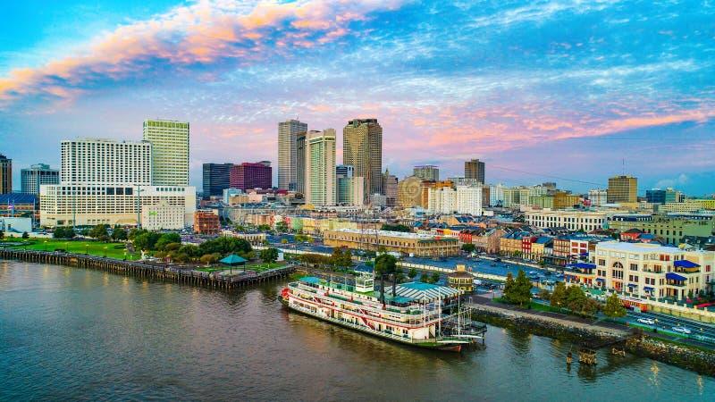 Antena do centro da skyline de Nova Orleães, Louisiana, EUA foto de stock