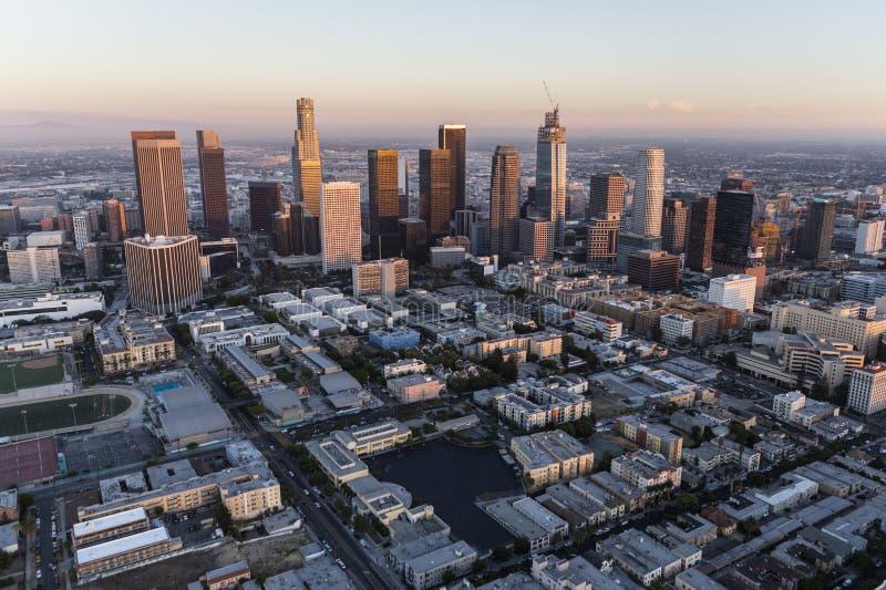 Antena do centro do crepúsculo de Los Angeles fotografia de stock royalty free