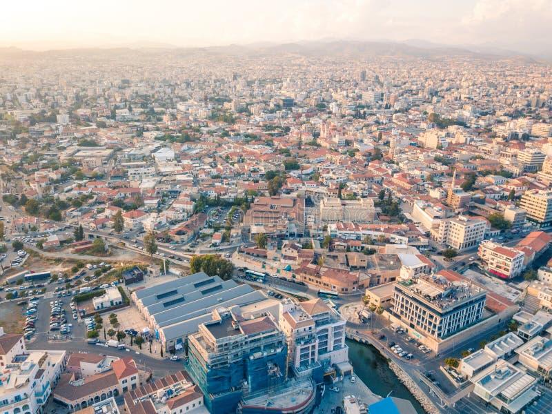 Antena do centro histórico e subúrbios mais novos da cidade de Limassol Lemesos, Chipre fotos de stock royalty free