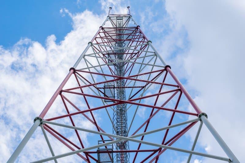 Antena do metal com uma escada na parte superior imagem de stock