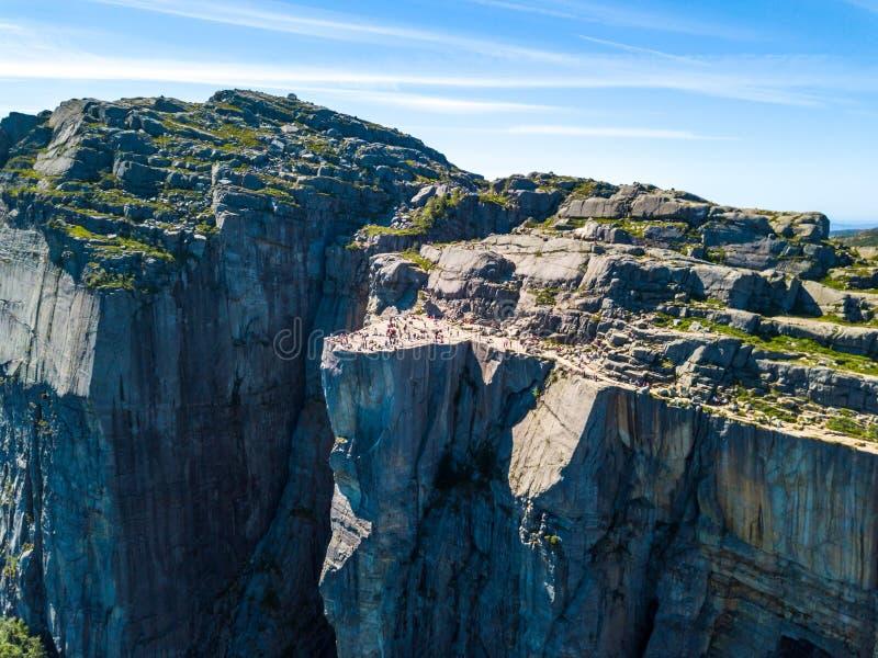 Antena do ponto de caminhada famoso em Noruega - rocha Preikestolen do púlpito fotos de stock royalty free