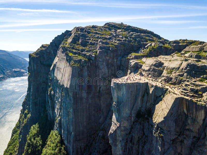 Antena do ponto de caminhada famoso em Noruega - rocha Preikestolen do púlpito imagem de stock