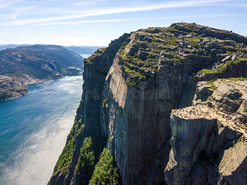 Antena do ponto de caminhada famoso em Noruega - rocha Preikestolen do púlpito imagens de stock royalty free