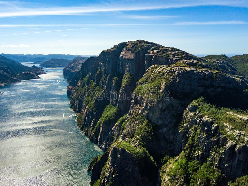 Antena do ponto de caminhada famoso em Noruega - rocha Preikestolen do púlpito E Lyse o fiorde abaixo fotos de stock royalty free