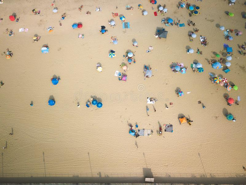 Antena do por do sol em frequentadores da praia do parque de Asbury fotografia de stock