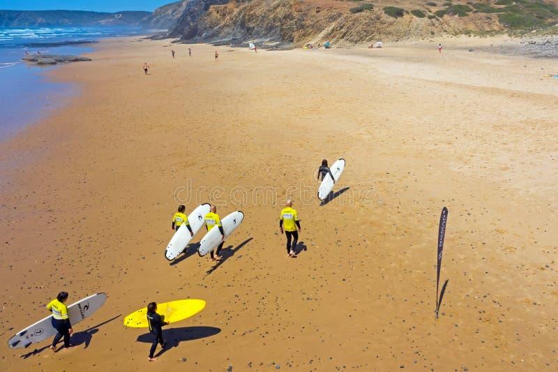 Antena dos surfistas após ter surfado lições na praia imagem de stock royalty free