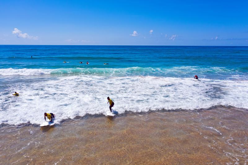 Antena dos surfistas que obtêm lições surfando no vale Figueiras do Praia em Portugal foto de stock royalty free