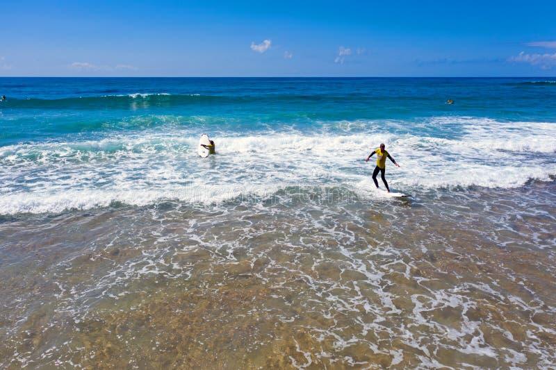 Antena dos surfistas que obtêm lições surfando no vale Figueiras do Praia em Portugal fotografia de stock royalty free
