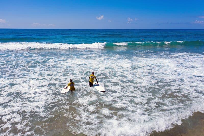 Antena dos surfistas que obtêm lições surfando no vale Figueiras do Praia em Portugal fotos de stock