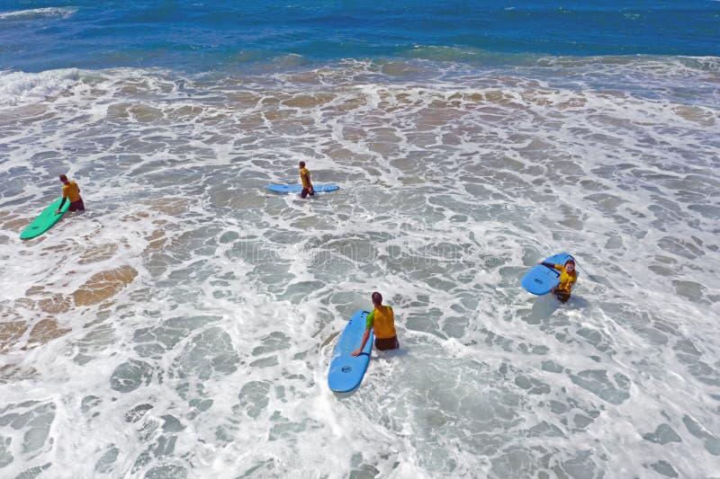 Antena dos surfistas que obt?m li??es surfando no oceano imagens de stock royalty free