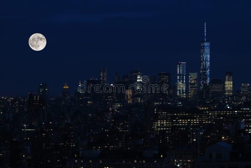 Antena e opinião do panorama dos arranha-céus de New York City, Manhattan ideia do Midtown da noite de Manhattan com estrelas e l imagens de stock