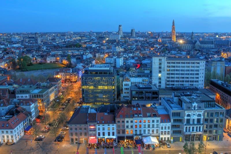 Antena en el crepúsculo, Bélgica de Amberes imagenes de archivo