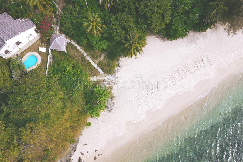 Antena: Feliz cumpleaños de la muestra grande en Sandy Beach por el mar de Andaman en Phuket, Tailandia fotografía de archivo