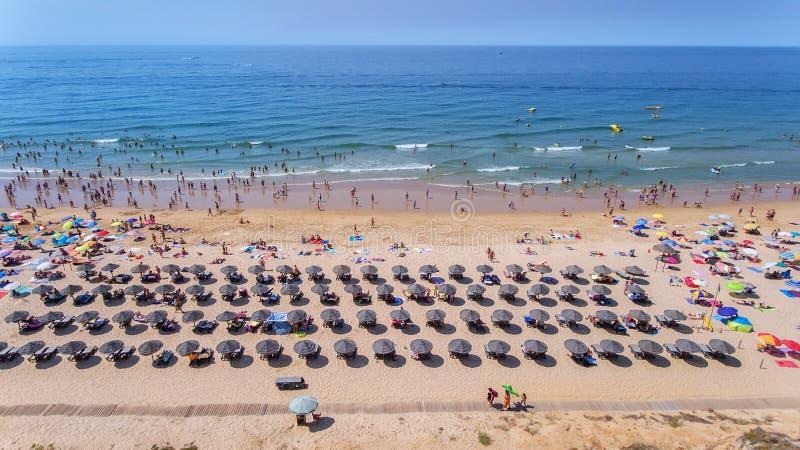 antena Fotografie plaża i turyści miasto Albufeira Od nieba obraz stock