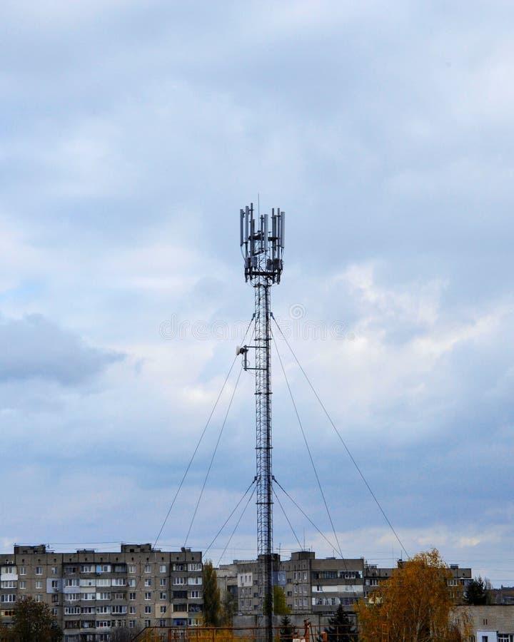 antena 4g en la ciudad contra el cielo fotos de archivo libres de regalías