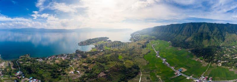 Antena: jeziorna Toba i Samosir wyspa przegl?da z g obrazy stock