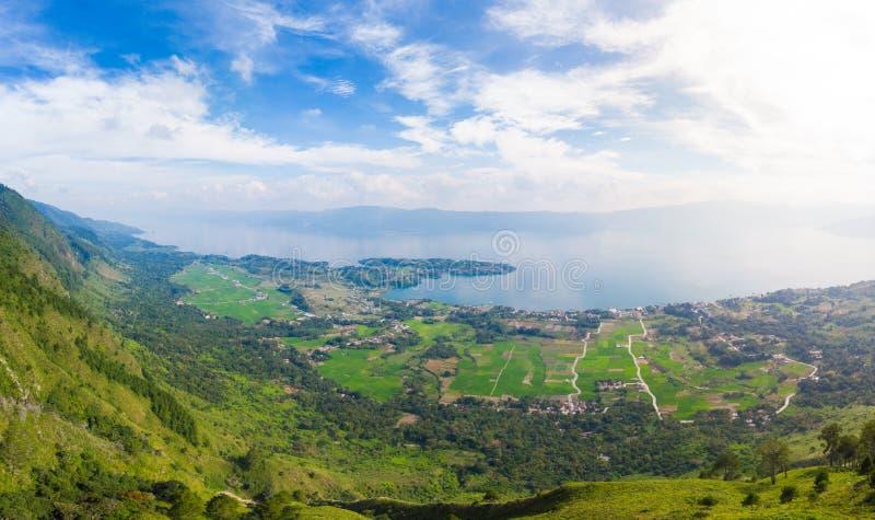Antena: jeziorna Toba i Samosir wyspa przegl?da z g?ry Sumatra Indonezja Ogromna powulkaniczna kaldera zakrywaj?ca wod?, tradycyj zdjęcia royalty free