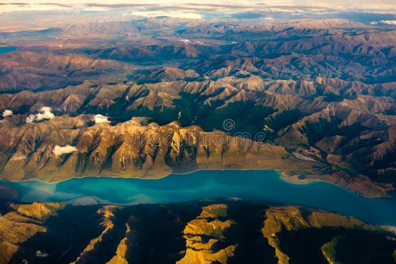 Antena krajobrazowy widok pasmo górskie i jezioro, Nowa Zelandia zdjęcia stock
