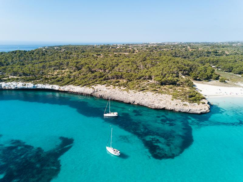 Antena: La playa de Cala Mondrago en Mallorca, España imágenes de archivo libres de regalías