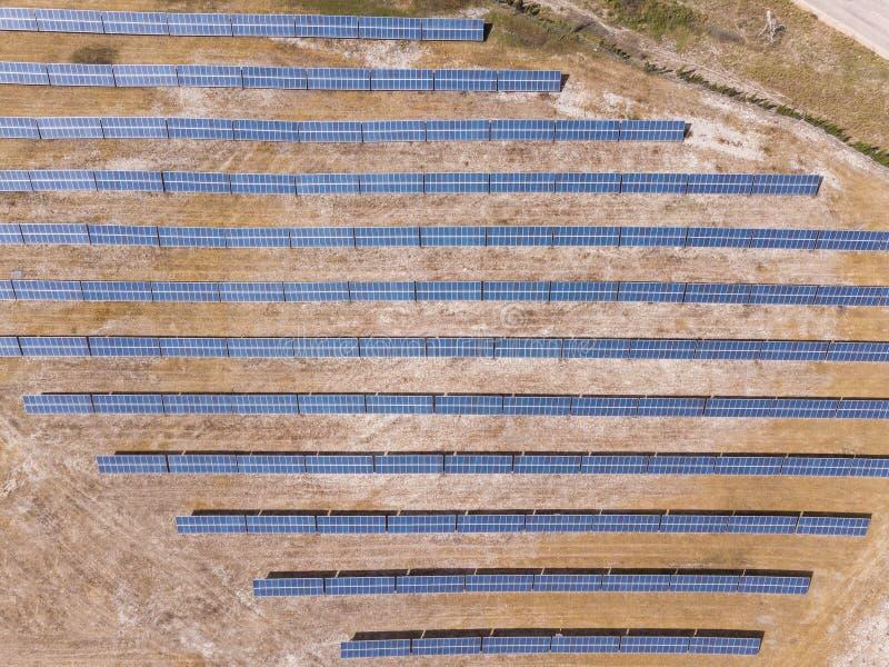 Antena: Los paneles solares en un campo imágenes de archivo libres de regalías