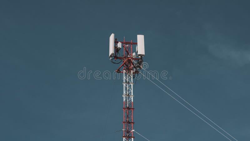 Antena móvel da torre do rádio da telecomunicação no fundo vasto do céu azul Equipamento de telefone global do Internet do transm fotos de stock royalty free
