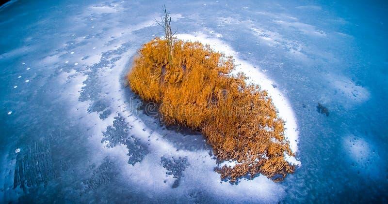Antena marznący jezioro marznący w zimnej zimie obraz stock