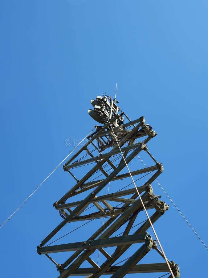 Antena militar de las comunicaciones contra el cielo imagen de archivo libre de regalías