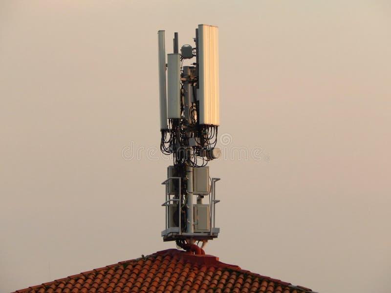 Antena na dachowej antenie na dachu telekomunikacji technologii dnia widok zdjęcie royalty free