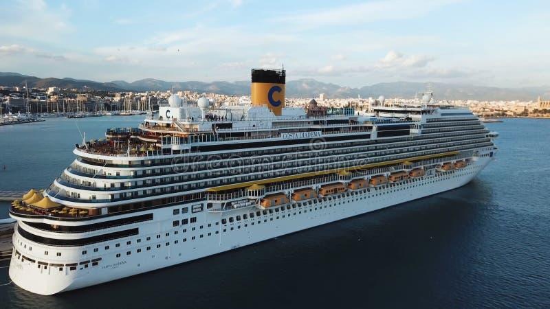 Antena para el barco de cruceros de lujo cerca de la orilla de mar, concepto que viaja existencias Trazador de l?neas blanco herm imagen de archivo